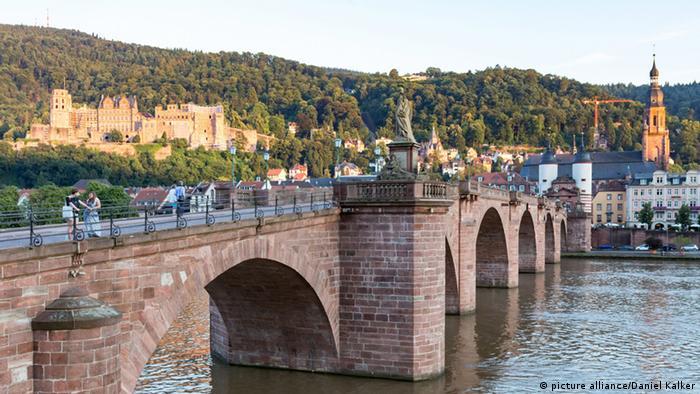 Heidelberg Blick auf Neckar, die Alte Brücke, das Heidelberger Schloss und die Heiliggeistkirche (picture alliance/Daniel Kalker)