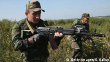 17.09.2014 YAVOROV, UKRAINE - SEPTEMBER 17: Troops from Azerbaijan charge forward in an attack on U.S. soldiers on the third day of the 'Rapid Trident' bilateral military exercises between the United States and Ukraine that include troops from a variety of NATO and non-NATO countries on September 17, 2014 near Yavorov, Ukraine. Ukrainian President Petro Poroshenko is scheduled to travel to Washington tomorrow to appeal for more economic and military aid for his country burdened by the pro-Russian insurgency in eastern Ukraine. (Photo by Sean Gallup/Getty Images) Copyright: Getty Images/S. Gallup