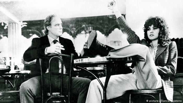 برناردو برتولوچی در سال ۱۹۷۲ به شهرت جهانی رسید. آخرین تانگو در پاریس مورد ستایش فراوان قرار گرفت. این فیلم در عین حال به دلیل صحنههای سکس مارلون براندو و ماریا اشنایدر که در آن زمان هنوز هنرپیشهای ناشناخته بود، انتقادبرانگیز شد. کارگردان و بازیگران به حبس تهدید شدند و فیلم در ابتدا مجوز پخش در سینماهای ایتالیا را نداشت.