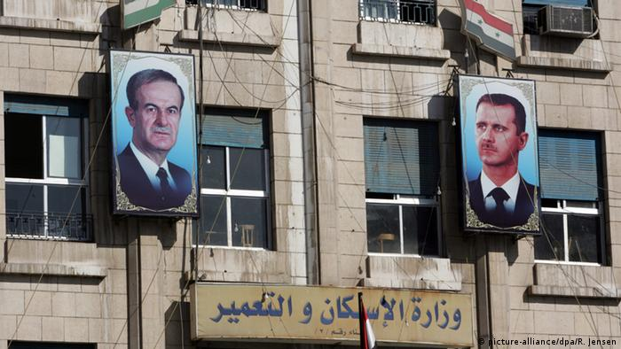 Syrien Hafez al-Assad und Baschar al-Assad (picture-alliance/dpa/R. Jensen)