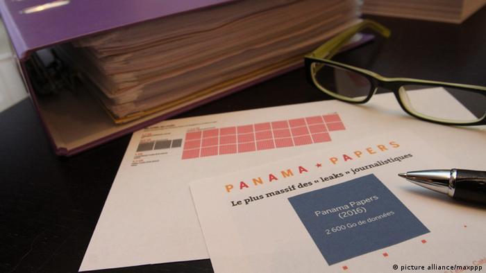 Бумаги с надписью Panama papers