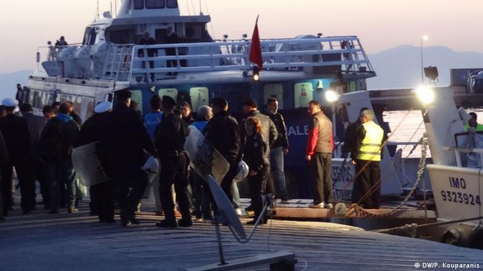 Біженці заходять на борт корабля, який відвезе їх до Туреччини (архівне фото)