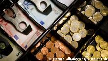 ARCHIV - Bargeld in einer Kasse, aufgenommen am 26.09.2013 in Visselhövede (Niedersachsen). Foto: Daniel Reinhardt/dpa (zu dpa Öffentliche Kassen 2014 mit Überschuss - Gemeinden im Minus vom 07.04.2015) +++ (c) picture-alliance/dpa/D. Reinhardt