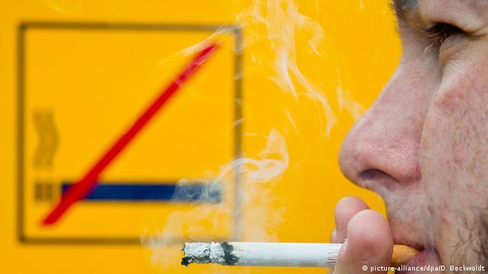 Mann raucht vor Nichtraucherschild in Stuttgart (Foto: dpa)