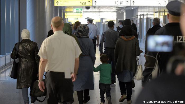 Deutschland Syrische Flüchtlinge aus der Türkei kommen in Hannover an (Getty Images/AFP/T. Schwarz)