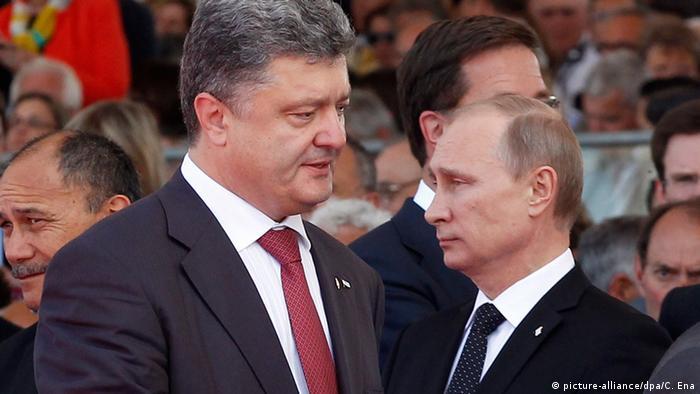Wladimir Putin (rechts) und Petro Poroschenko(links) stehen sich gegenüber. Poroschenko redet auf Putin ein. (Foto: picture-alliance/dpa/C. Ena)
