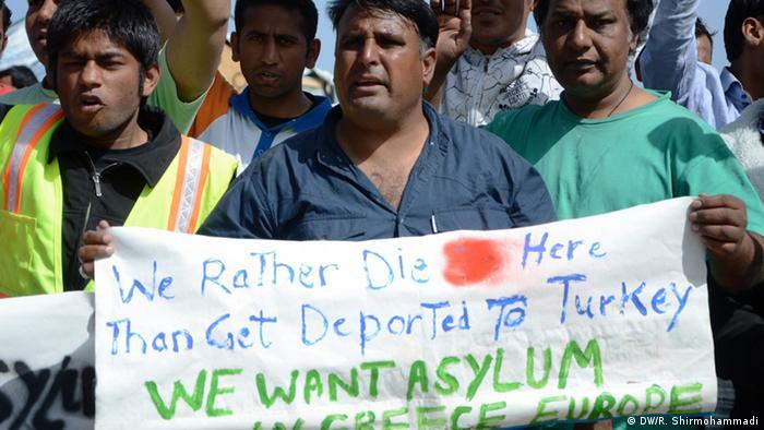 men holding banner Copyright: DW/R. Shirmohammadi
