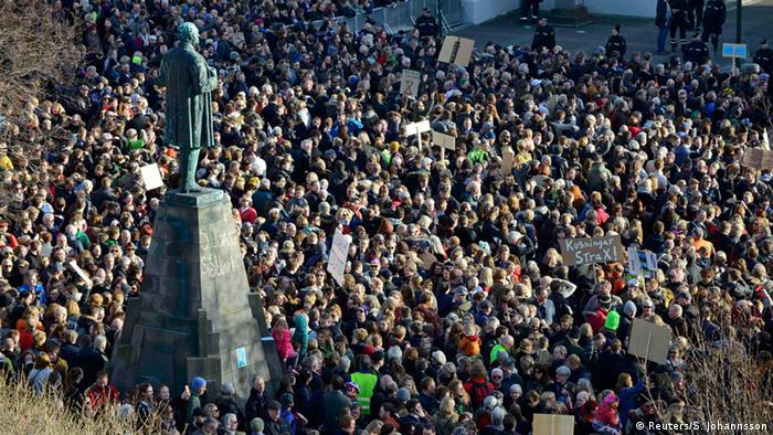 Tausende Isländer demonstrieren gegen ihre Regierungschef Gunnlaugson. (Foto: REUTERS/Stigtryggur Johannsson)