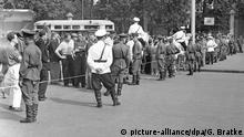Polizisten bei der Absperrung der Menschenmassen während des Kartenvorverkaufs am Moskauer Dynamo-Stadion am Tag vor dem Fußball-Länderspiel zwischen der UdSSR und Deutschland. +++ (C) picture-alliance/dpa/G. Bratke