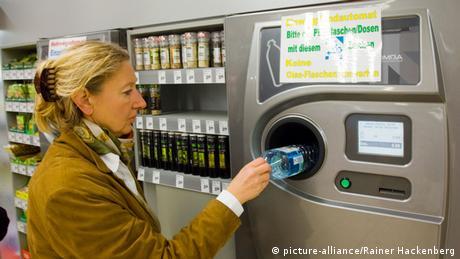 Automatische Flaschenrückgabe im Supermarkt (Foto: picture-alliance/Rainer Hackenberg)