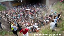 ARCHIV 2010 ***** ARCHIV - Tausende Raver drängen sich am 24.07.2010 auf der Loveparade in und vor dem Tunnel in Duisburg (Nordrhein-Westfalen), in dem sich eine Massenpanik ereignet hat. Foto: Erik Wiffers/dpa +++(c) dpa - Bildfunk+++ © picture-alliance/dpa/E. Wiffers