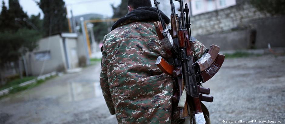 Rebelde separatista com metralhadoras kalashnikov no Nagorno-Karabakh