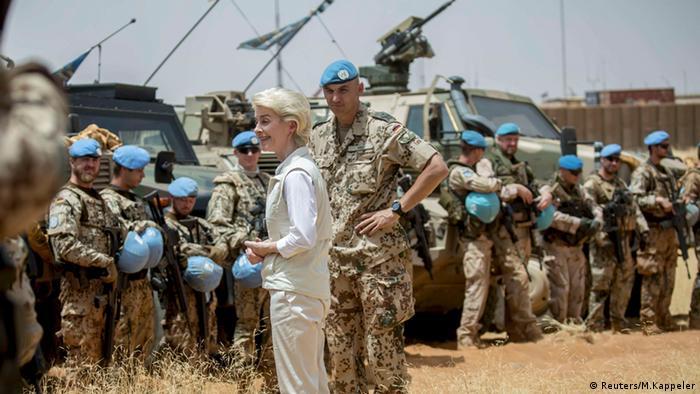 Bundesverteidigungsministerin von der Leyen bei einem Truppenbesuch Anfang April in Mali (Foto: Reuters/M.Kappeler)