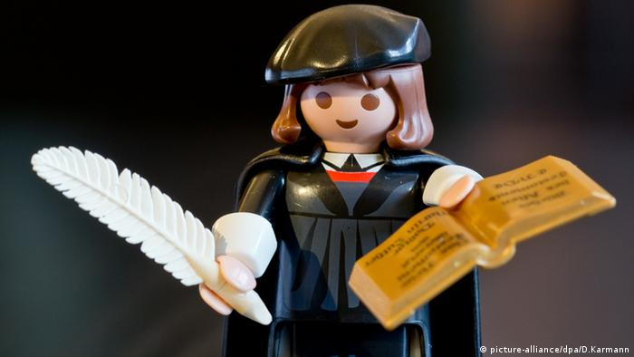 Playmobil figurine Martin Luther (picture-alliance/dpa/D.Karmann)