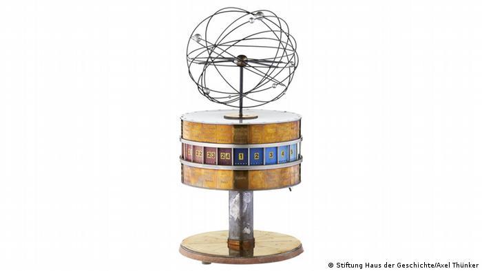 Miniature universal time clock, Copyright: Stiftung Haus der Geschichte / Axel Thünker