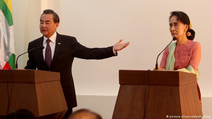 Myanmar's Foreign Minister Aung San Suu Kyi (R) and her Chinese counterpart Wang Yi at a joint press conference after their meeting at the Ministry of Foreign Affairs in Nay Pyi Taw, Myanmar, April 5