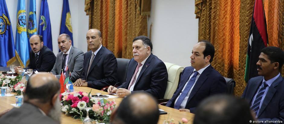 Primeiro-ministro (c) se reuniu com governo em Trípoli para negociar transferência do poder
