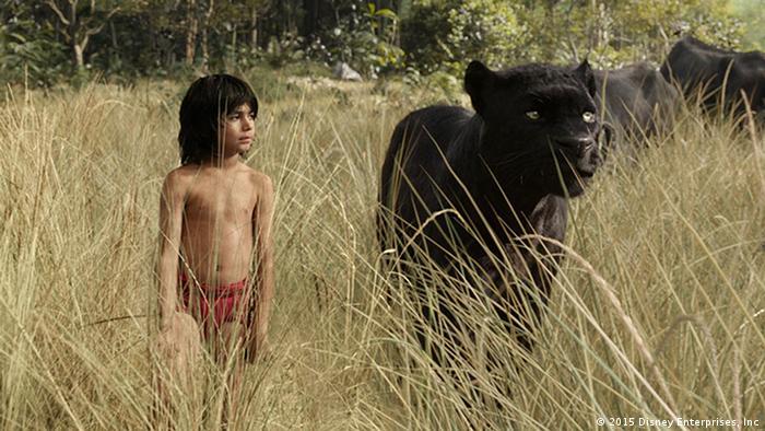 Mogli und Panther Baghira streifen durch die Savanne. Das Dschungelbuch aus dem Jahr 2016 (Disney Enterprises, Inc)
