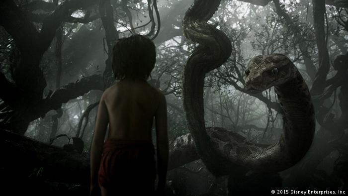 Schlange Kaa umschlingt Mogli. Filmszene aus dem 3D-Film The Jungle Book. © 2015 Disney Enterprises
