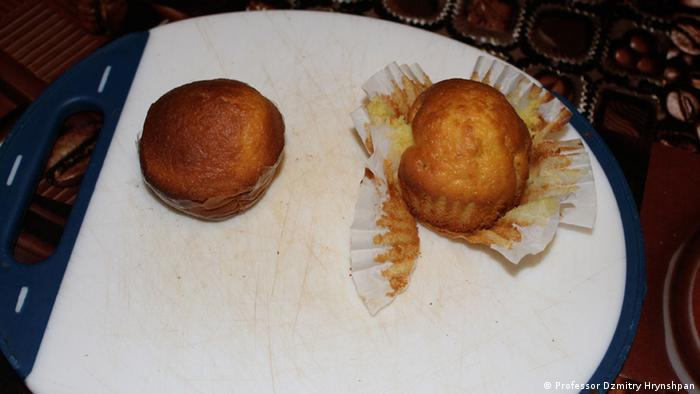 The muffin on the left is made with edible film, the muffin on the right is made with normal paper, which the cake sticks to