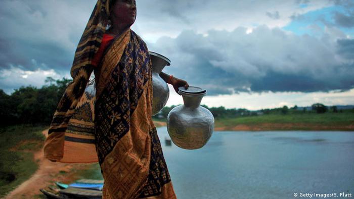 Bangladesch Frau holt Wasser an einem Brunnen