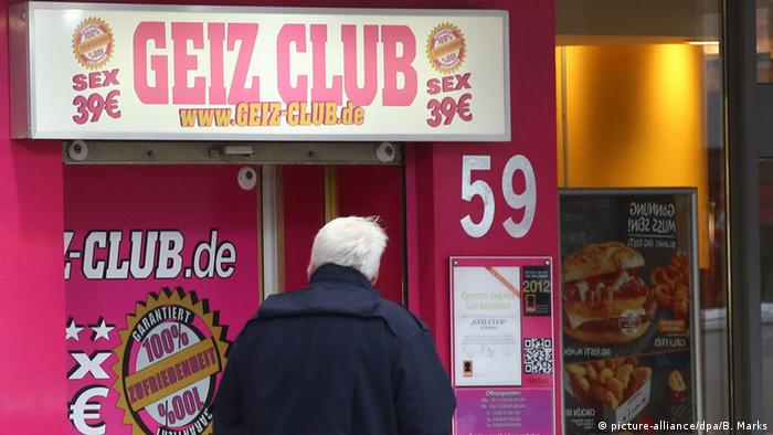 A man stands facing a sex club in St. Pauli Hamburg (picture-alliance/dpa/B. Marks)