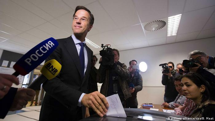 Рютте голосует на референдуме по соглашению об ассоциации Украины с ЕС