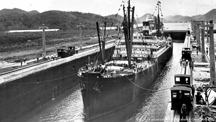 Пароход Анкон проходит Панамский канал
