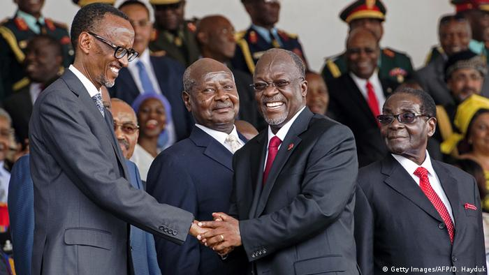 Tansanias Präsident Magufuli schüttelt seinem Amtskollegen aus Randa die Hand. Beide Länder sind Mitglied der Ostafrikanischen Wirtschaftsgemeinschaft EAC. (Foto: Getty Images/AFP/D. Hayduk)