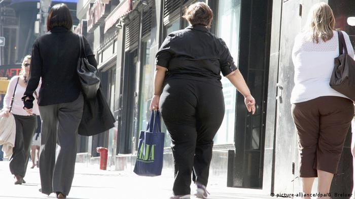 Two obese women in a busy street. (picture-alliance/dpa/G. Breloer)