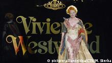 Designerin Vivienne Westwood in Robe vor einer Wand mit ihrem Logo in Prag (Foto: dpa)