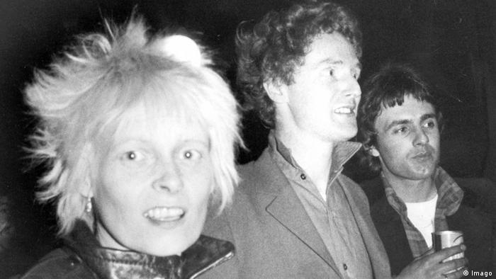 Designerin Vivienne Westwood und Malcolm McClaren (MItte) neben einem unbekannten Mann