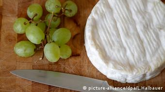 Camembert Käse auf einem Schneidebrett (picture-alliance/dpa/L.Halbauer)