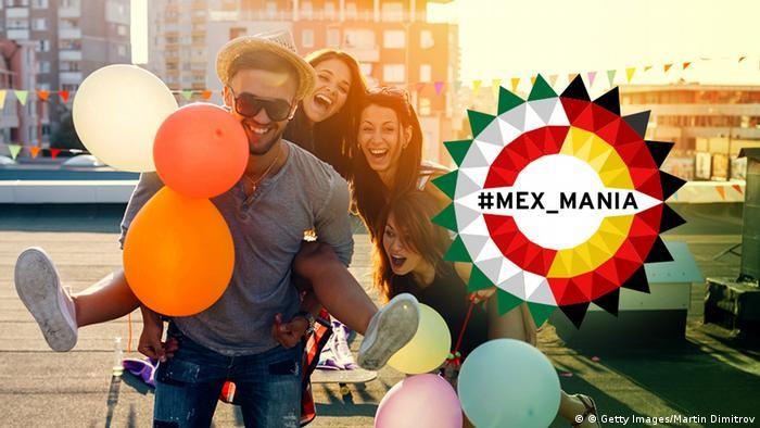 Un grupo de jóvenes festeja con globos sobre el techo de un edificio.