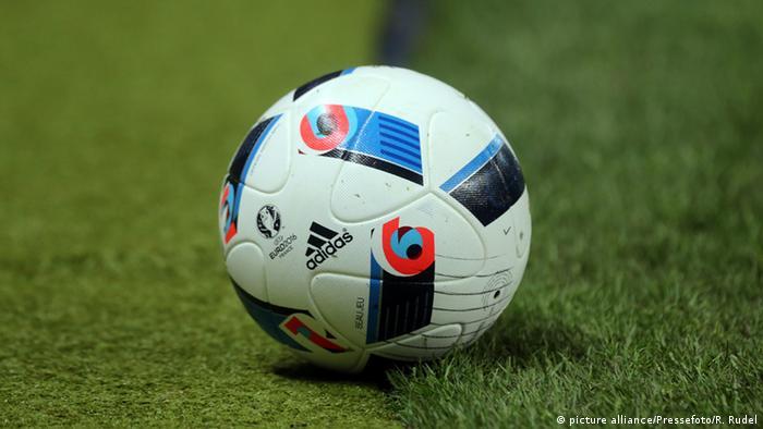Футбольный мяч с логотипом Adidas