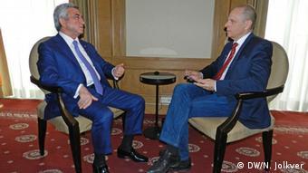 Серж Саргсян (слева) в беседе с корреспондентом DW