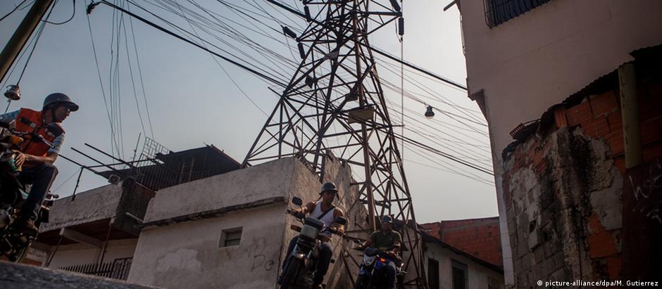 Rede elétrica nas ruas de Caracas