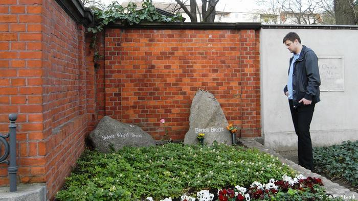 Matthias Nawrat an der Grabstätte von Bertold Brecht und Helene Weigel