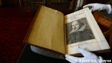 07.04.2016 *** A Shakespeare First Folio discovered nearly 400 years after his death is displayed at Mount Stuart, Isle of Bute, Scotland, Britain April 7, 2016. REUTERS/Russell Cheyne © Reuters/R. Cheyne