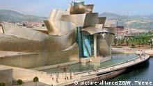 zu Bildergalerie Urlaubsparadies Spanien: Seit 1997 ist das Guggenheim-Museum für Moderne Kunst neues Wahrzeichen der baskischen Hauptstadt Bilbao (Foto vom 08.06.2007). Im Fußgängerbereich am Rio Nervion steht die große Bronze-Skulptur Maman von Louise Bourgeois vor dem Bauwerk. Der kalifornische Stararchitekt Frank O. Gehry schuf das mit Kalkstein und Titan verkleidete 100 Millionen Dollar teure Werk. Foto: Wolfgang Thieme +++(c) dpa - Report+++ Copyright: picture-alliance/ZB/W. Thieme