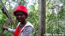 7.4.2016, Uganda, Entebbe Ester Kilabo ist die Hüterin der Larven im Wald Zika. Copyright: DW/S. Schlindwein