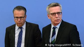 Томас де Мезьер (справа) и Франк-Юрген Вайзе на пресс-конференции в Берлине 8 апреля