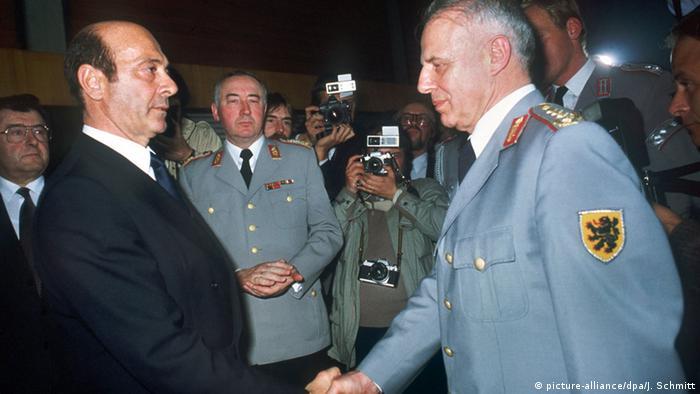Czterogwiazdkowy generał Guenter Kiessling podaje rękę ministrowi obrony RFN