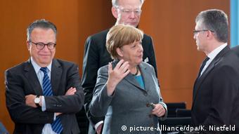 Deutschland Flüchtlinge Treffen im Bundeskanzleramt Merkel mit Weise und Gatzer (picture-alliance/dpa/K. Nietfeld)