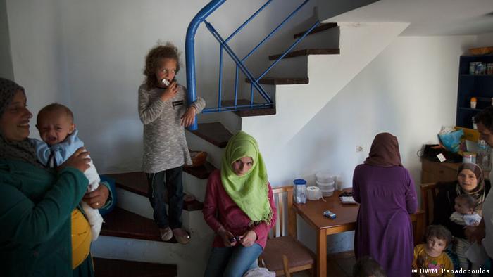 Flüchtlingskinder sitzen auf Treppe (Foto: DW/M. Papadopoulos)
