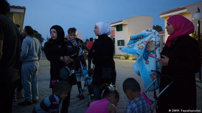 Flüchtlinge des Myrsini-Lagers warten auf Essensausgabe (Foto: DW/M. Papadopoulos)