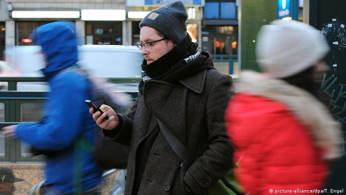 Blick auf das Smartphone (picture-alliance/dpa/T. Engel)