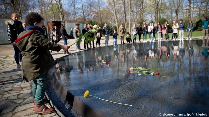 Berlin Roma-Tag Gedenkstätte Sinti und Roma NS- Opfer (picture-alliance/dpa/K. Nietfeld)