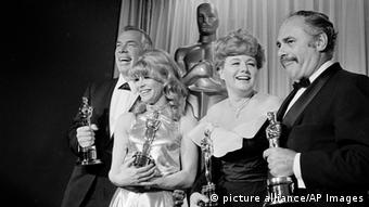 Julie Christie receiving an Oscar in 1966, Shelley Winters, Martin Balsam, Copyright: picture alliance/AP Images