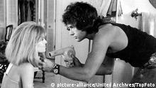 Julie Christie and Warren Beatty, as a Beverly Hills hairdresser, inh the sour comedy Shampoo 1975 United States / Mono Book Illustration Copyright: picture-alliance/United Archives/TopFoto
